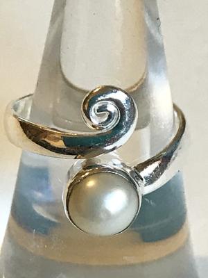 Anello con perla di fiume in argento 925